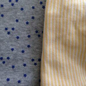 Tissu gris à étoiles bleues et rayures jaunes et blanches
