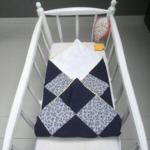 Couverture de naissance carreaux bleus unis et à fleurs