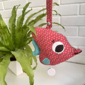 mobile musical en forme de poisson rouge et bleu