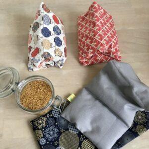 bouillottes sèches aux graines de lin housses imprimé lampions, rouge, flocon et boules dorées et argentées sur fond bleu marine