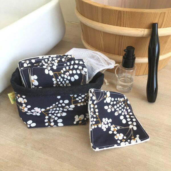 kit carrés démaquillant lavables imprimé fleurs de cerisiers sur fond bleu marine avec pochon de lavage et panière de rangement
