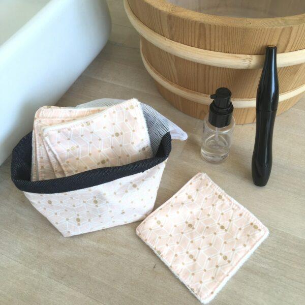 kit carrés démaquillant lavables imprimé rose poudré avec pochon de lavage et panière de rangement