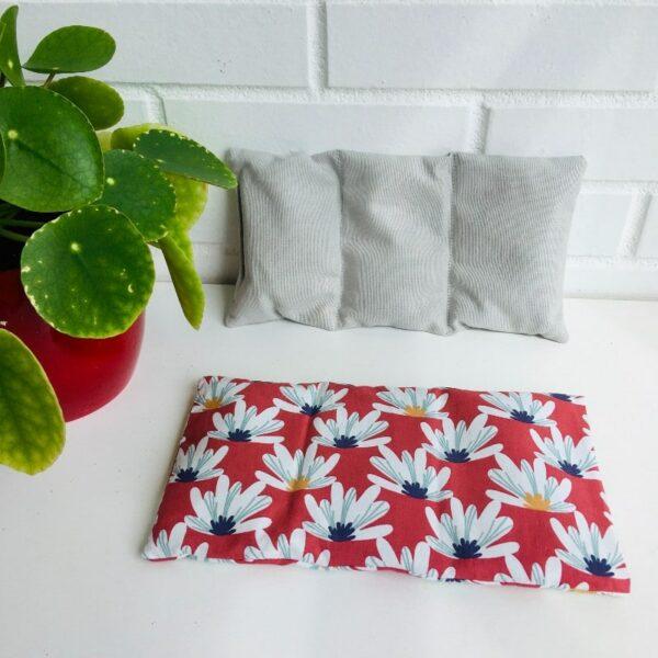 Bouillotte sèche graines de lin, motifs grosses fleurs blanches fond rouge