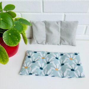 Bouillotte sèche graines de lin, motifs grosses fleurs blanches sur fond bleu pâle