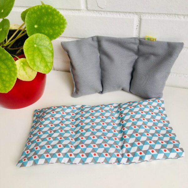 Bouillotte sèche graines de lin, motifs graphiques bleus, gris, blancs rouge